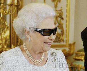 queen-of-england-wearing-3d-glasses__oPt