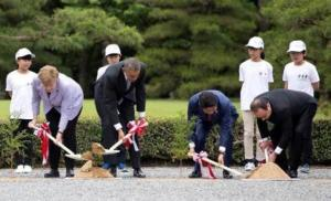 From left, German Chancellor Angela Merkel, U.S. President Barack Obama, Japanese Prime Minister Shinzo Abe, and French President Francois Hollande participate in a tree planting ceremony during a visit to the Ise Jingu shrine in Ise, Mie Prefecture, Japan, Thursday, May 26, 2016,  as part of the G-7 Summit. REUTERS/Carolyn Kaster/ Pool